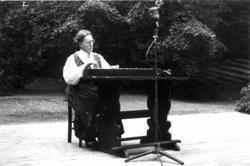 Ragna Brenno Frydenberg spiller langleik. Muligens fra Nordi