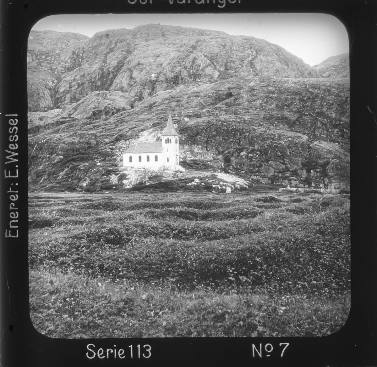 """Oscar II's kapell, Grense Jakobselv, Sør-Varanger, Finnmark. Motivet har nr.7 i lysbildeforedraget kalt  """"I lappernes land - Sør-Varanger"""", utgitt i Nerliens Lysbilledserier, serie nr 113."""