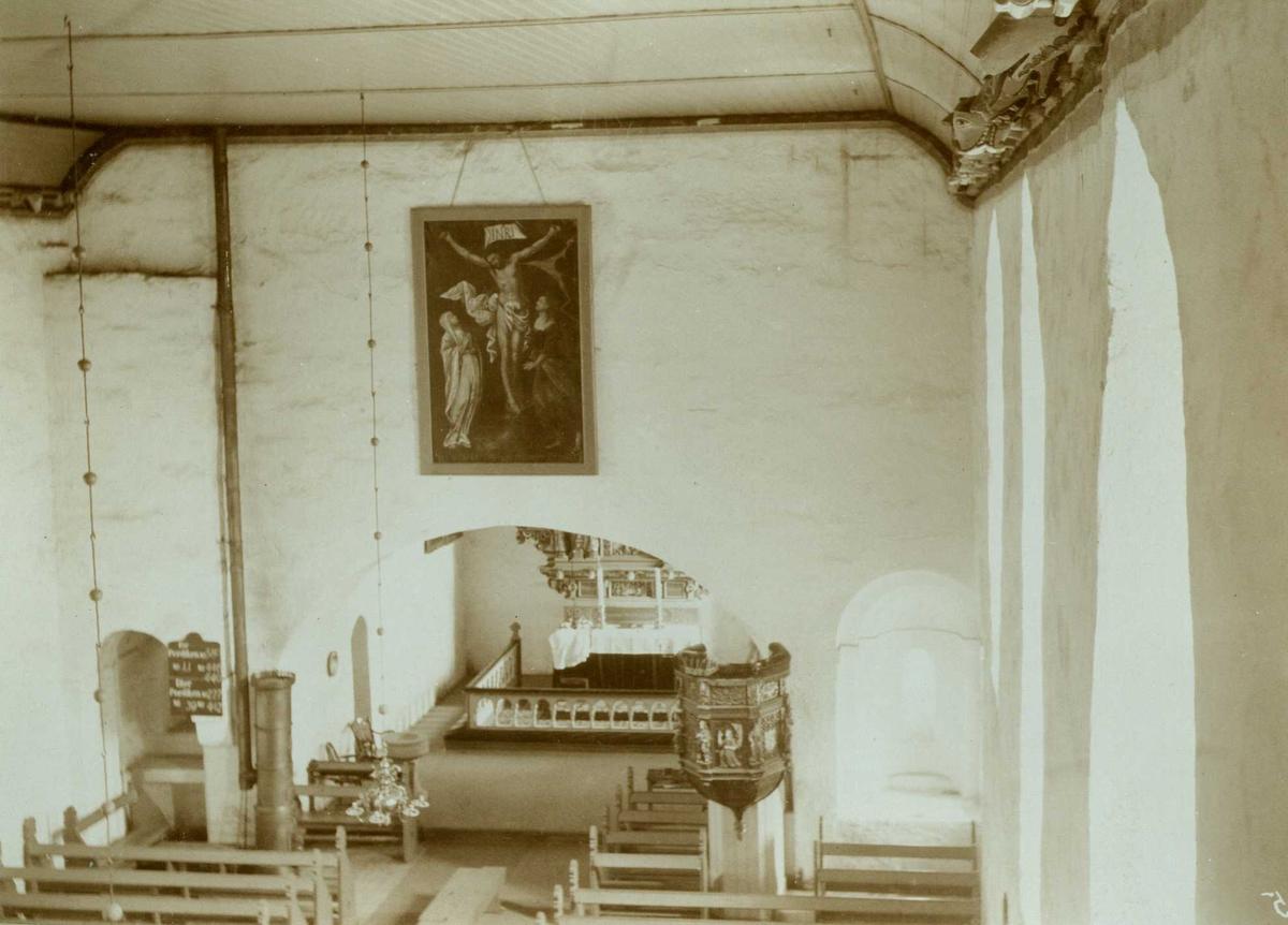 Interiør mot prekestol og alter, Værnes kirke, Stjørdal,  Nord-Trøndelag. Fotografert 1905.