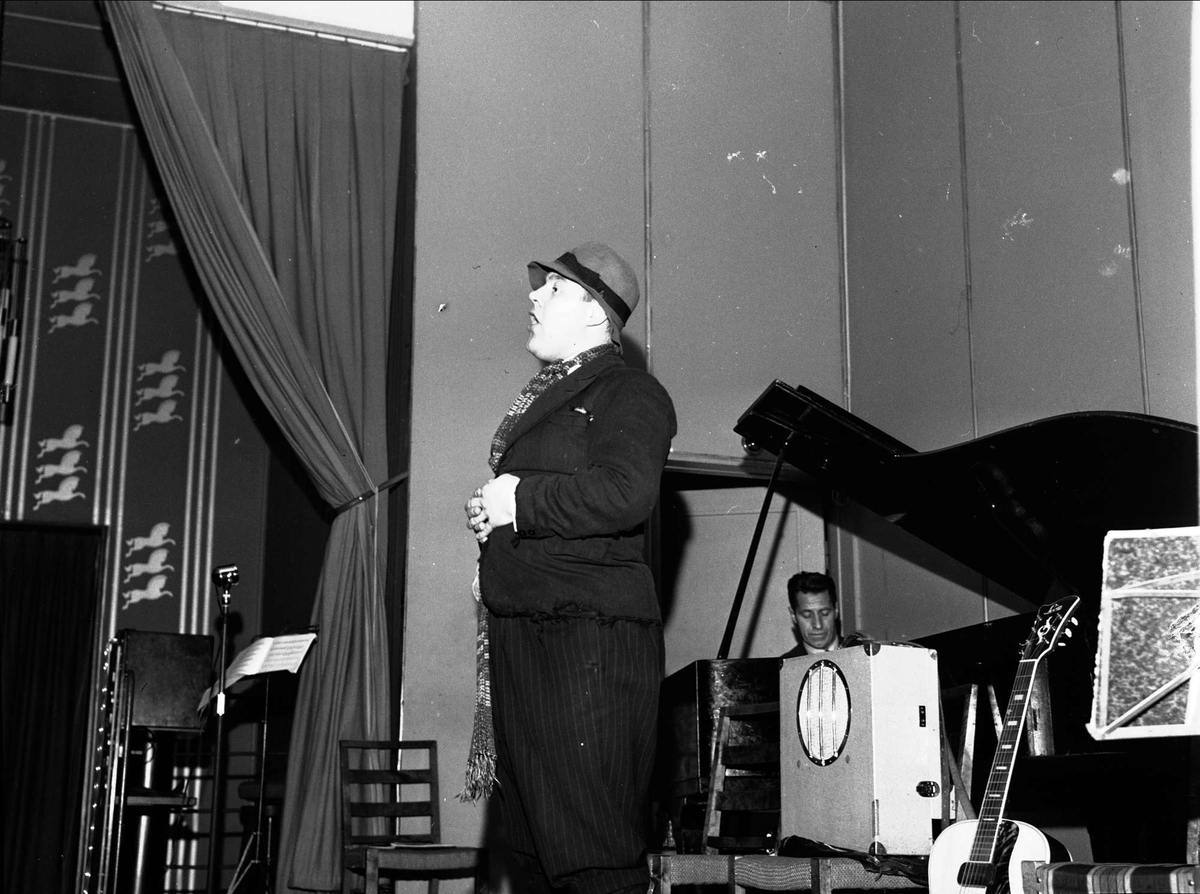 Bygdelag 13.04.1951. Mann på scenen.