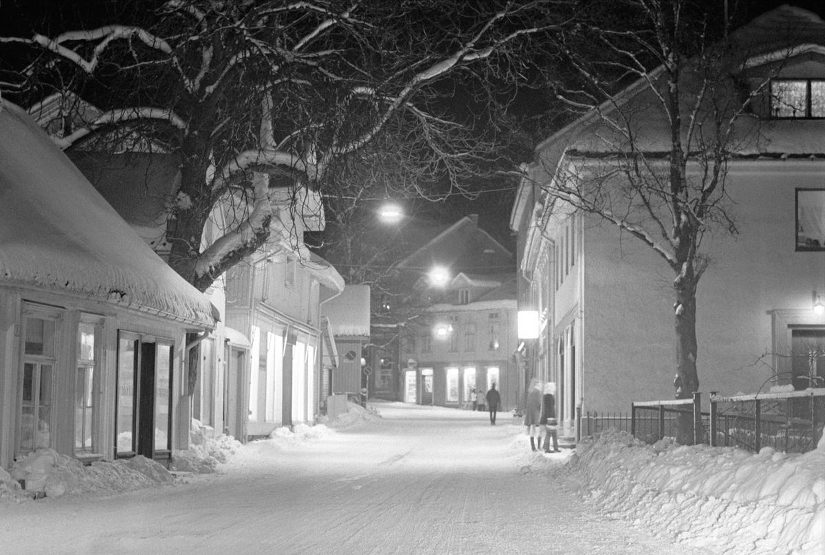 """Bevaring av """"det gamle Drøbak"""", Frogn, februar 1970. Bybilde med snø. Trehusbebyggelse."""