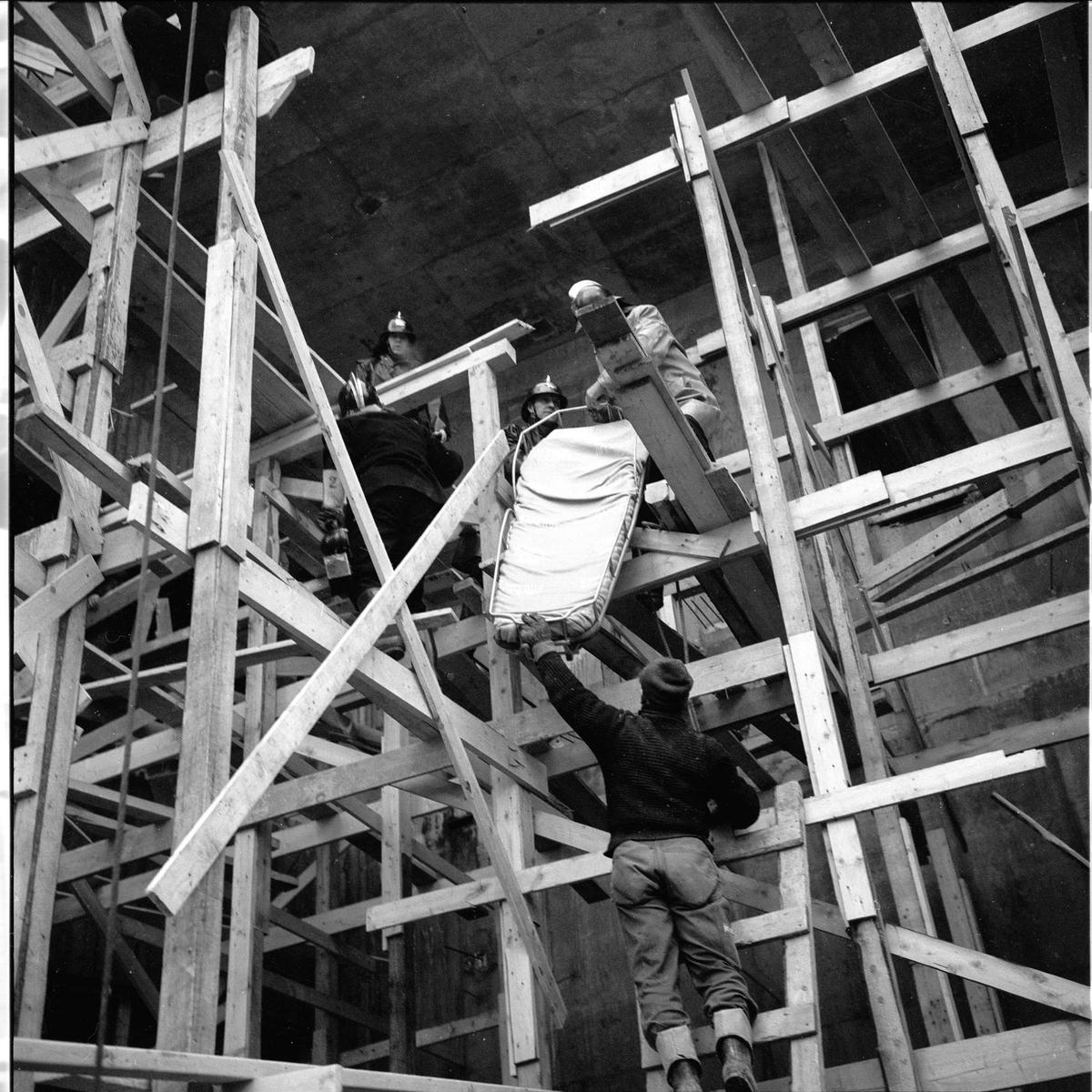 Majorstuen, Oslo, januar 1964. Colosseum kino, ulykke. Brannmenn i stilaser, med båre.