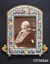 Mansporträtt i profil, sittande höftbild. Påveporträtt Människa, man