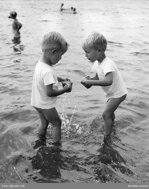 Två barn badar i Munksjön