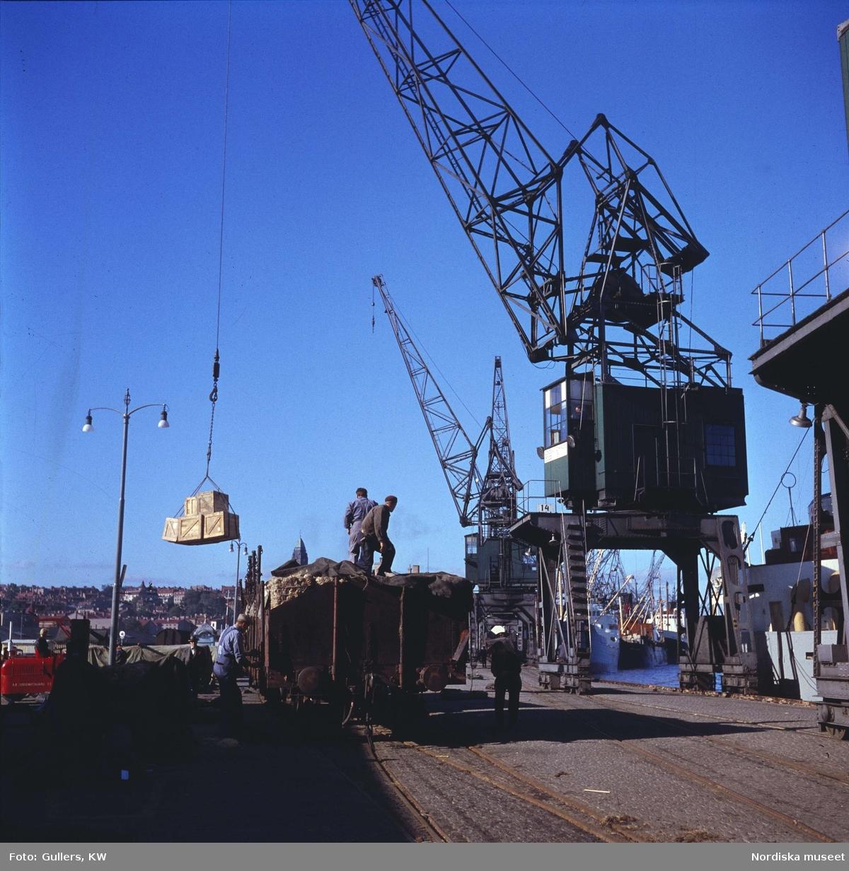 Göteborg. Lossning med kran i hamnen.