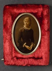 Porträtt av ung kvinna, höftbild. Föreställer folkskollärari