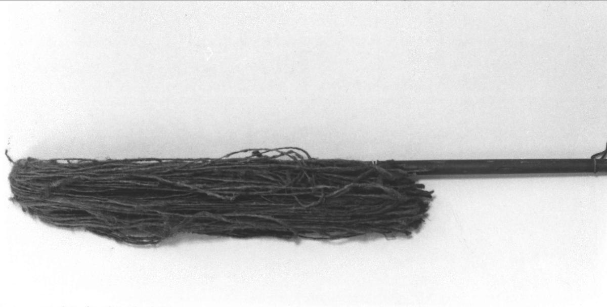 Brandsvabb med rödbrunmålat träskaft med vit text: Qv. Slottet no 3. Svabben av hampa.