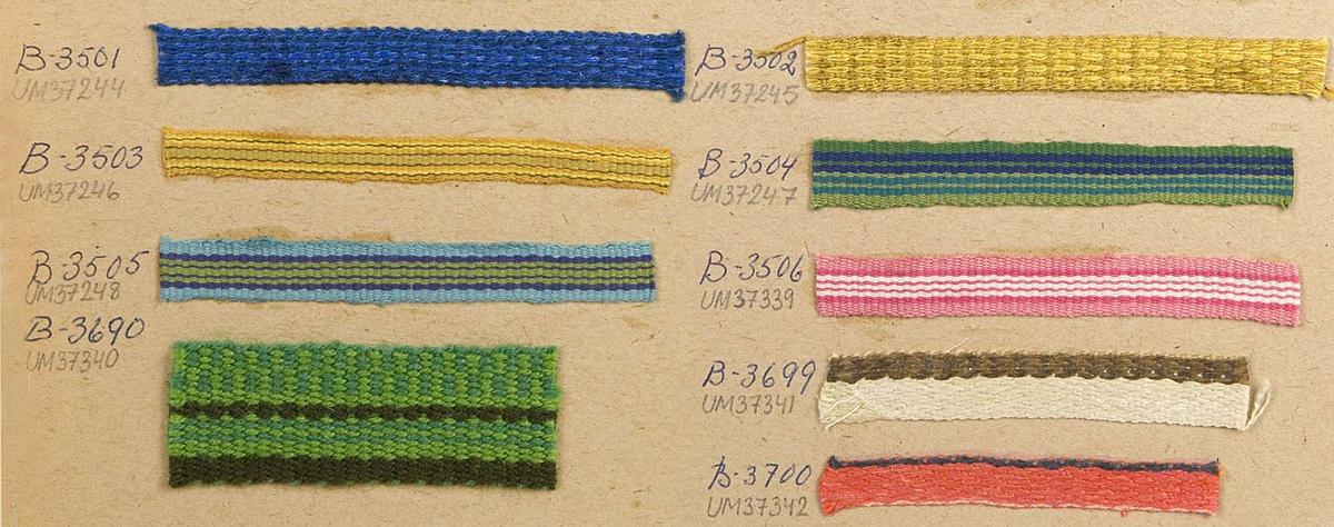 Vävprov av randigt bomullsband i grönt och två blå nyanser. Bandet är vävt i rips och det har nummer B-3505.