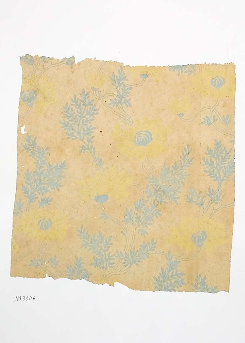 Tapetprov med tryckt mönster i gult och gråblått. Handskriven text på baksidan av kartongen: 251 Håga Herrgård 4.