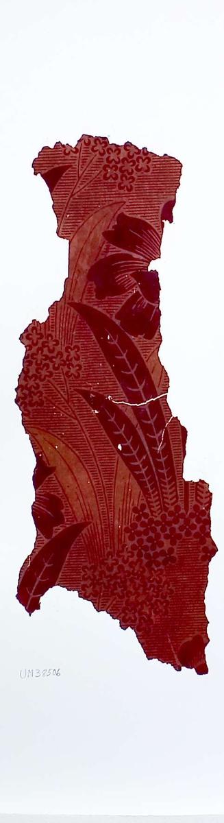 Tapetprov med tryckt mönster i rött och brunrött. Kartongen är numrerad på baksidan: 160 8.