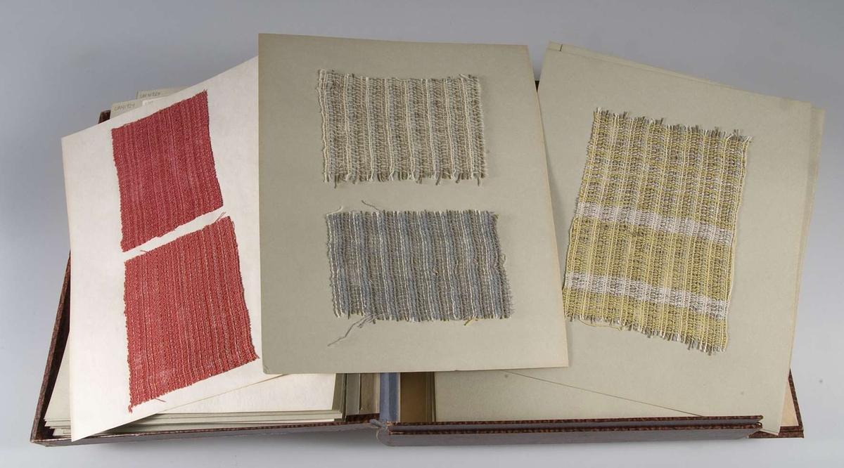 Vävprover av gardintyg klistrade på 35 kartongblad. Gardintygerna är vävda i olika tekniker och material. Vid några vävprover finns handskrivna uppgifter om material och vävsätt.