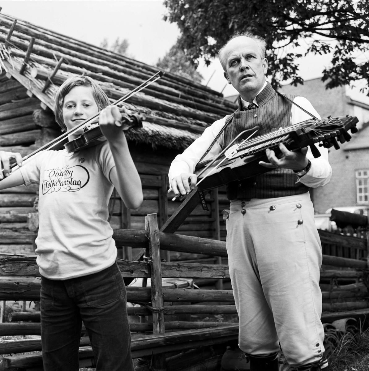 Spelmannen Lars Erik Jansson och Sven Ahlbäck på Upplandsschottisen, Tierpstrakten, Uppland juni 1973