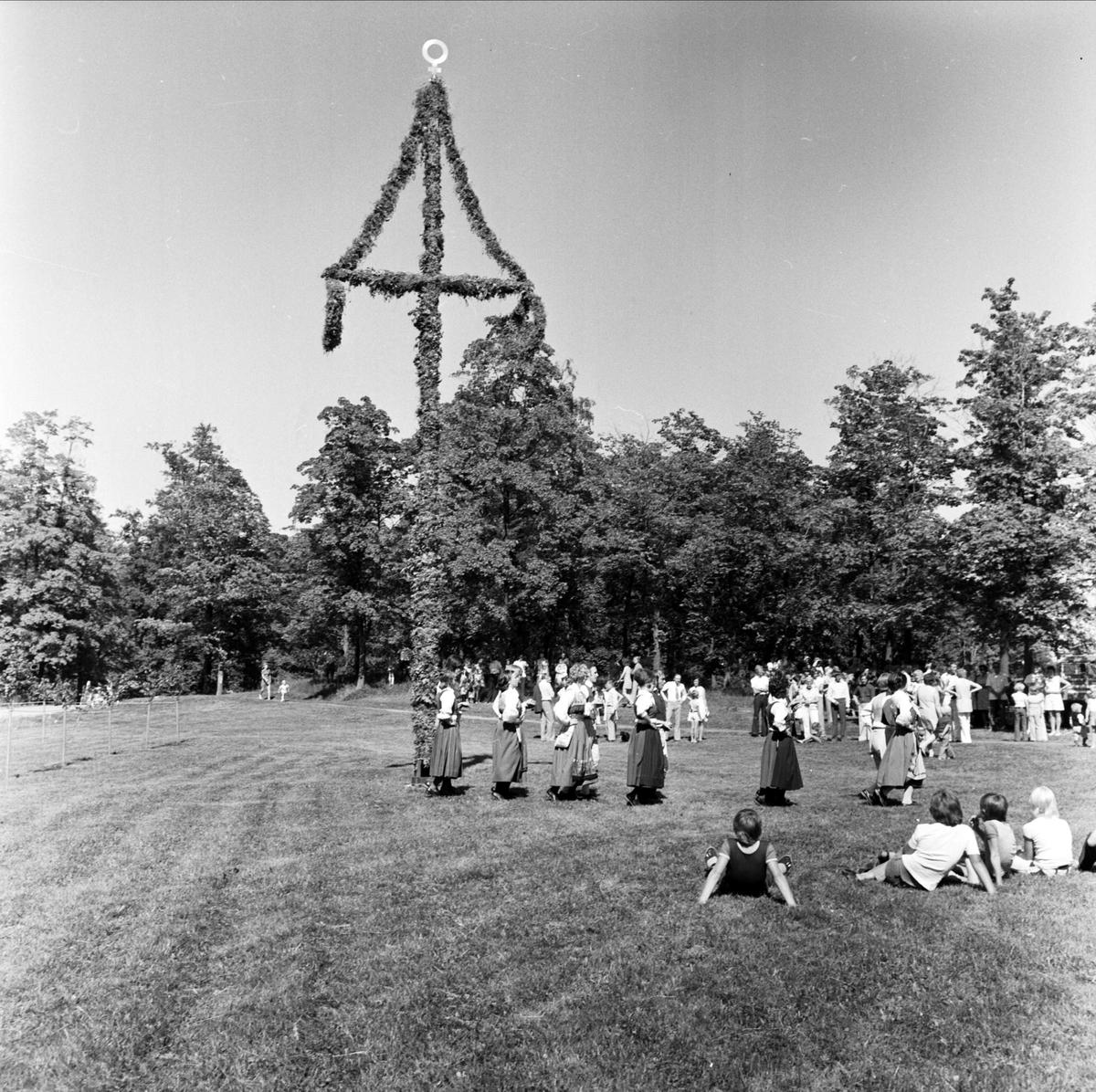 Folkdansuppvisning på midsommarfirande i norra Uppland 1973