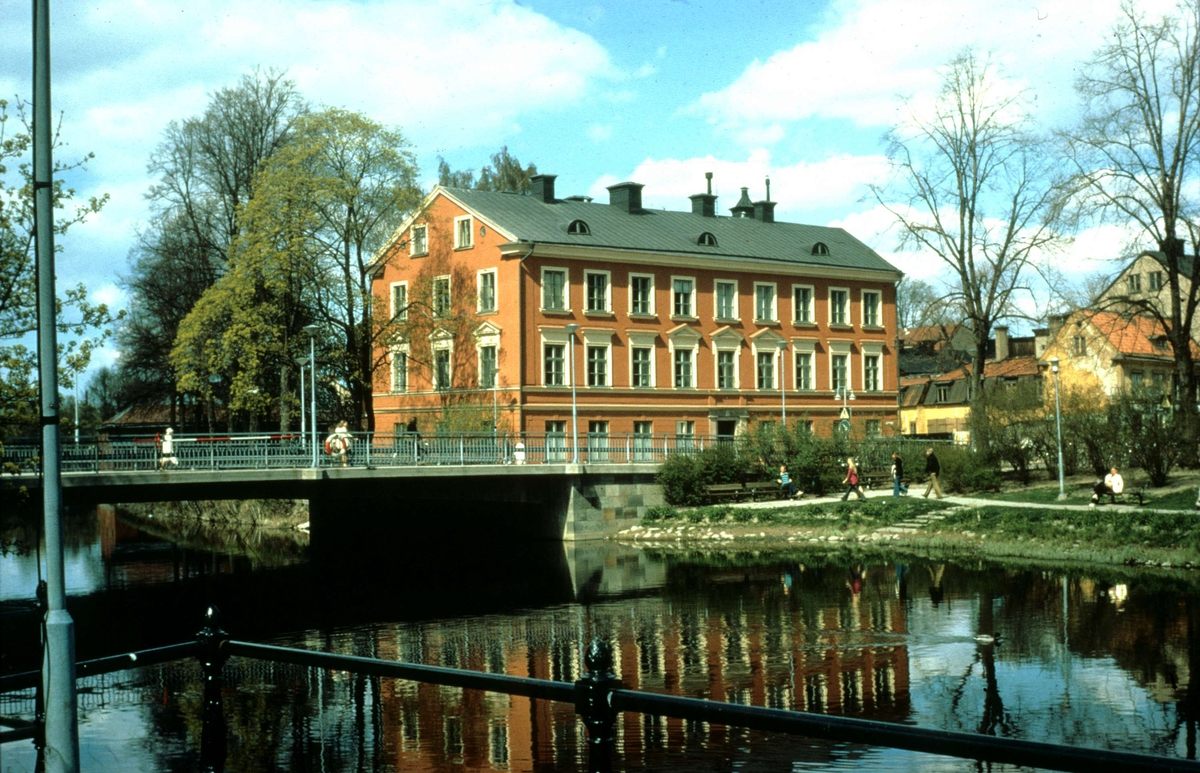 S:t Olofsbron över Fyrisån och Fjellstedtska skolan, Uppsala 1972