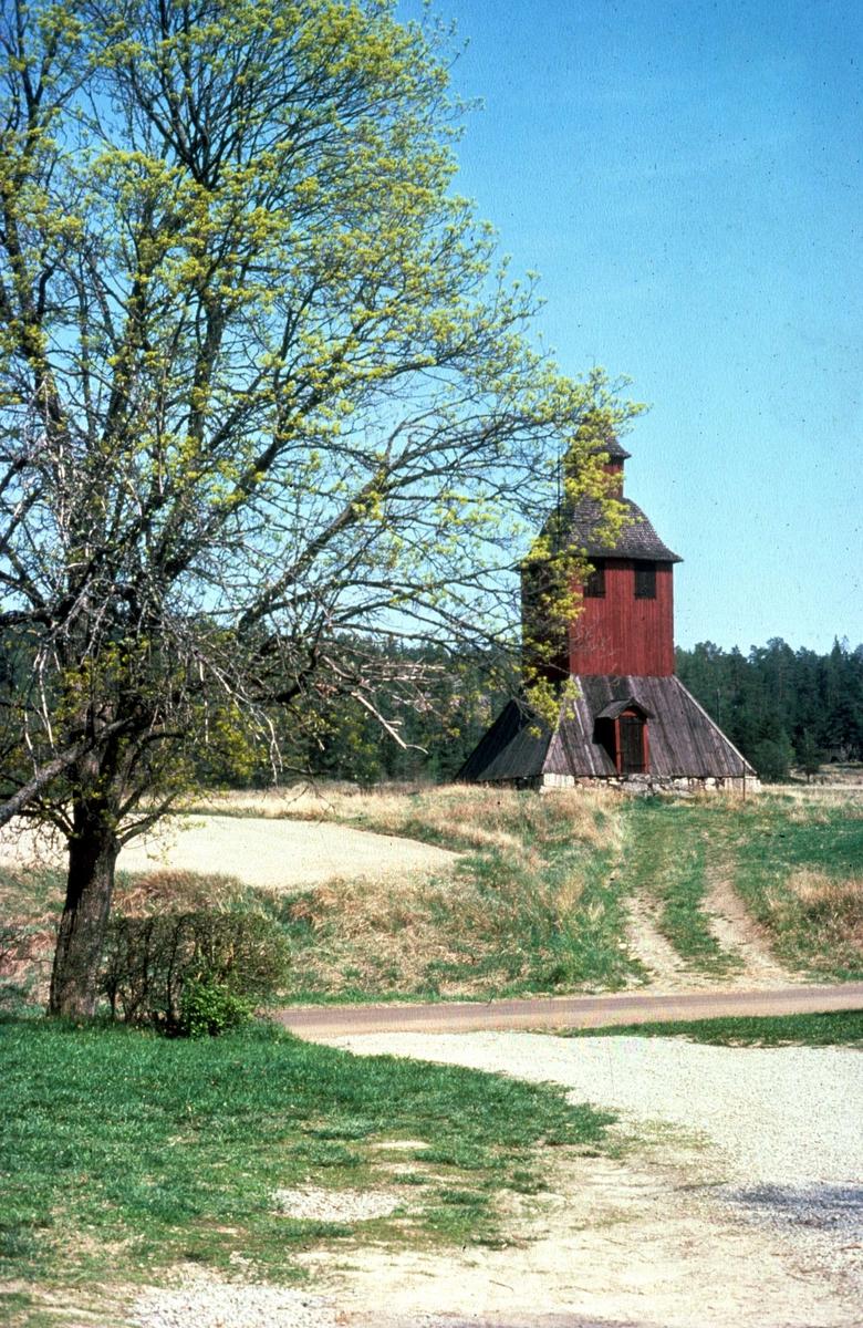 Klockstapeln vid Nysätra kyrka, Nysätra socken, Uppland 1976
