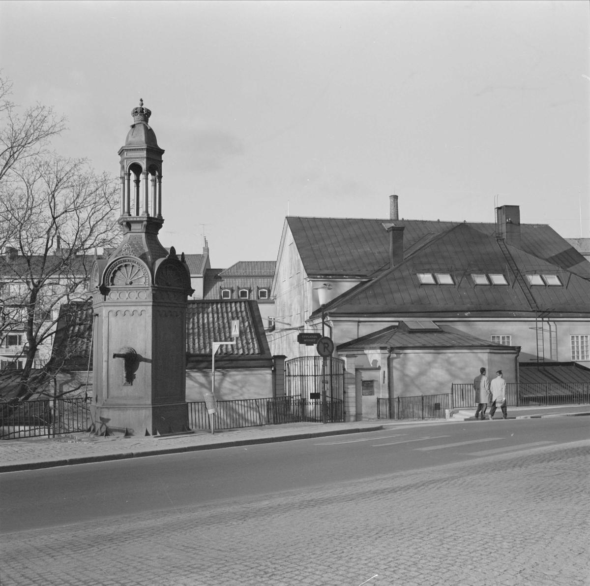 S:t Eriks källa utanför Upplandsmuseet, kvarteret Holmen, Fjärdingen, Uppsala 1967