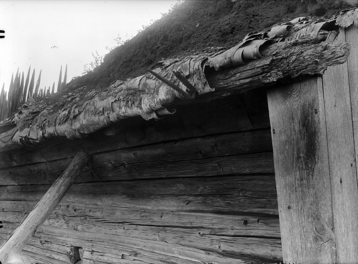 Torvtak på smedja, Vallskoga, Tolfta socken, Uppland 1934