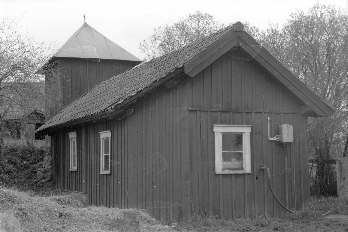 Pumphus med svalbod, Årby 2:3 - 1:2 med flera, Årby, Lena socken, Uppland 1977