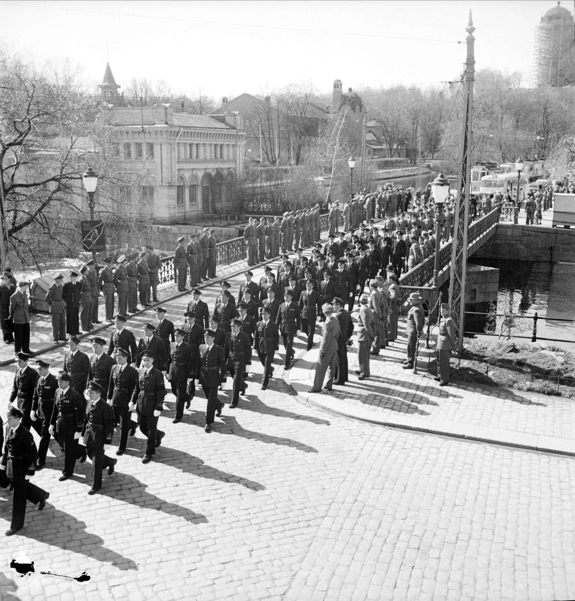 Begravningskortege vid Islandsbron, sannolikt F 16 Upplands Flygflottilj, Uppsala april 1949