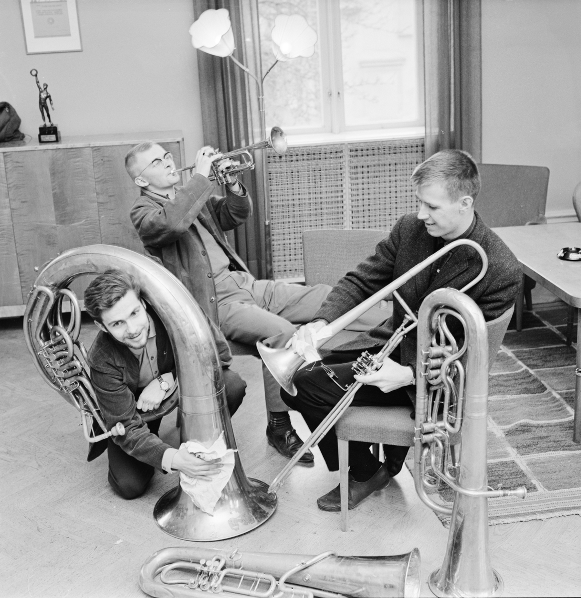 "Södermanlands-Nerikes nation - ""Hornboskapen putsar sina instrument inför sista april"", Uppsala april 1963"