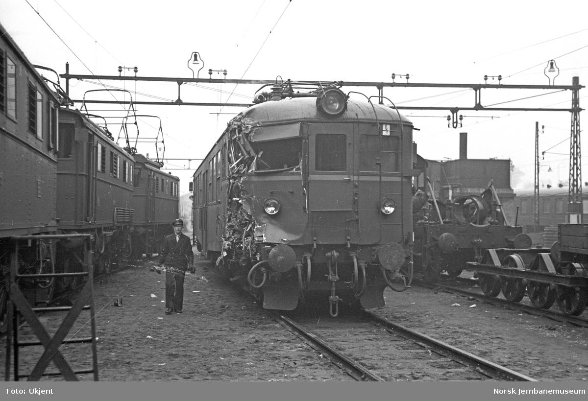 Skadet motorvogn type 65 (105) nr. 18521 etter skifteuhell