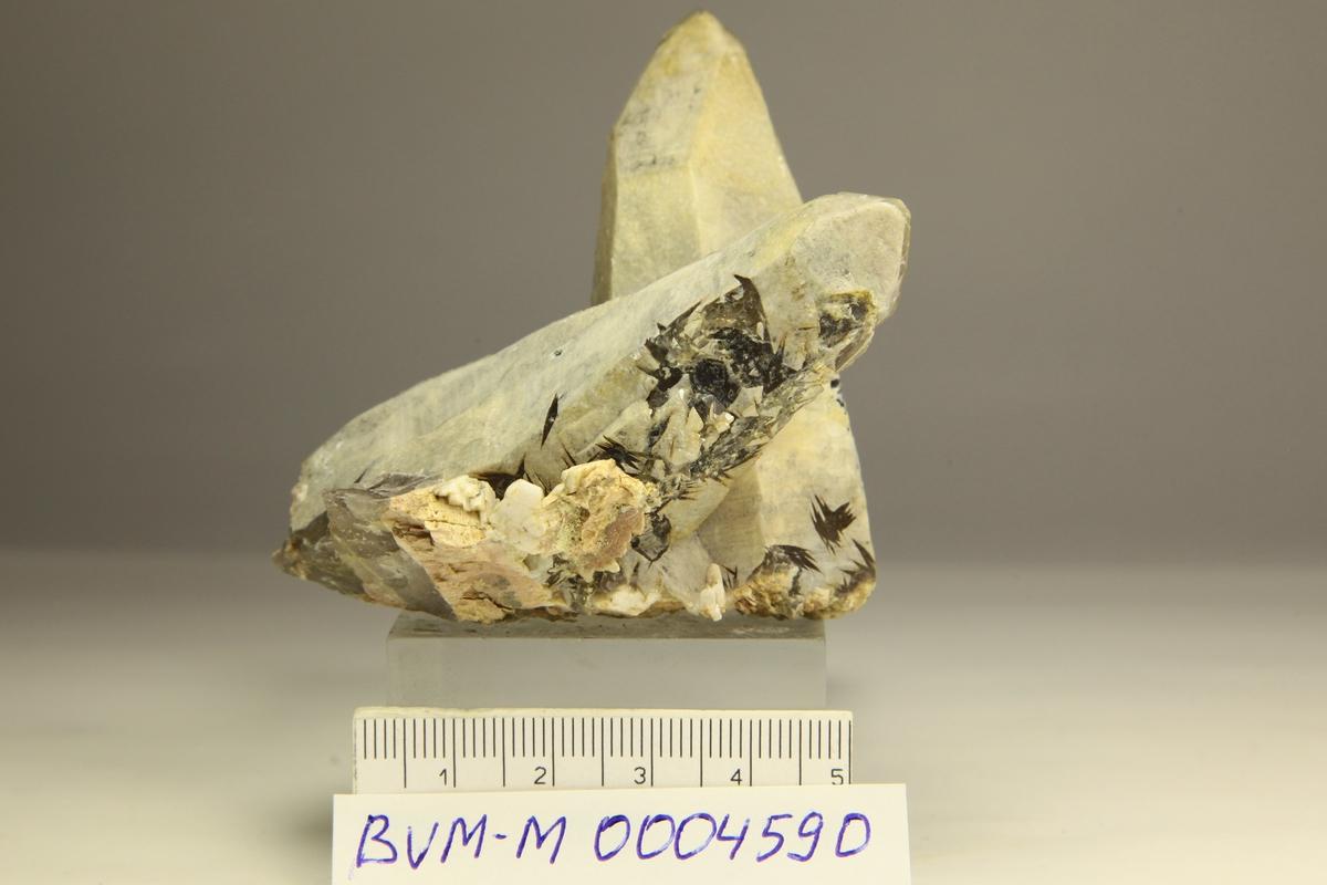 Kvarts, 2 krystaller med gråhvit overflate og røykkvarts inni, med vinduer. E134