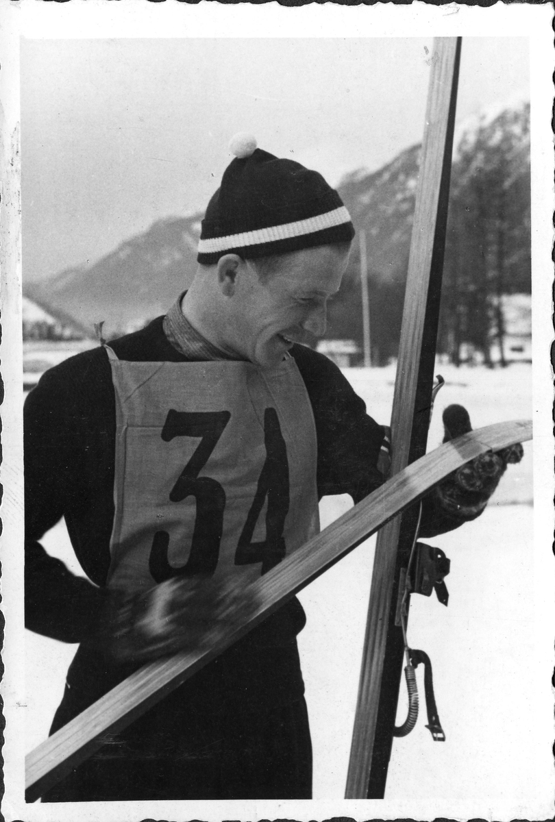 Birger Ruud på sletta i Garmisch-Partenkirchen etter OL-seieren i 1936. Birger Ruud won the jumping competition in the Olympic Games at Garmisch-Partenkirchen in 1936.