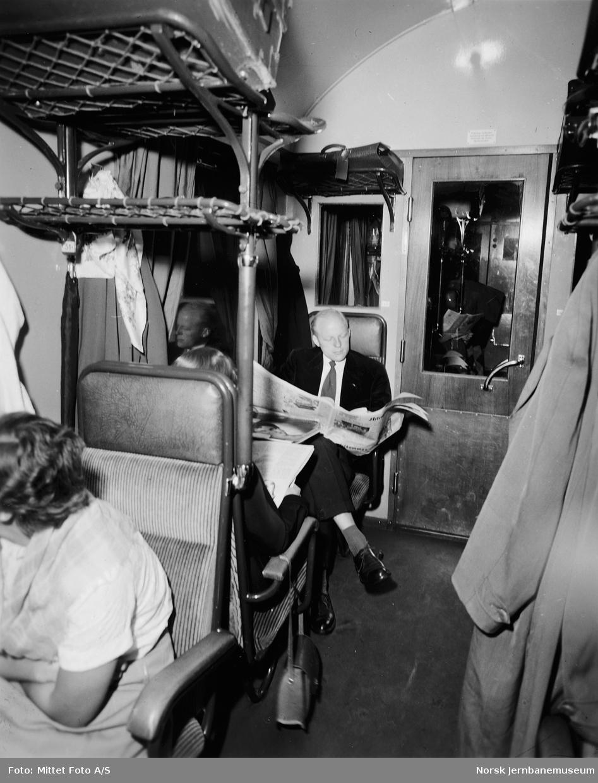 Reisende med aviser i svensk personvogn