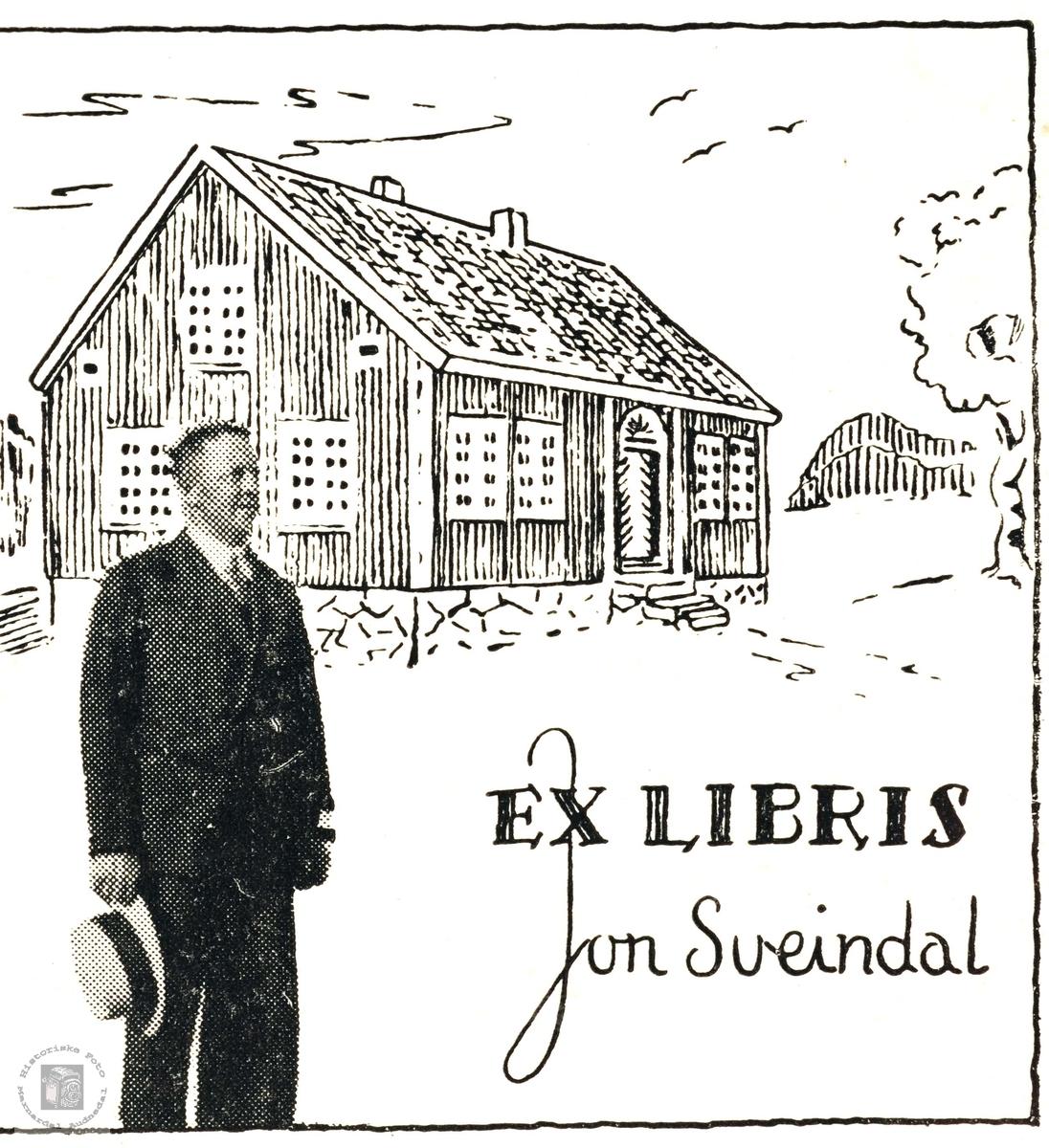 Ex Libris. John Sveindal i forgrunnen av gården Rugabrotet på Sveindal i Grindheim.