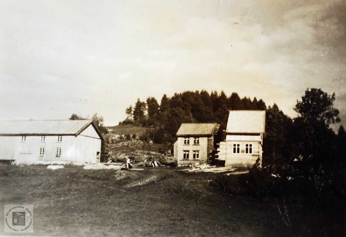 """Nybygg på gamle tomter """"Der ute"""" på Høyland i Grindheim."""
