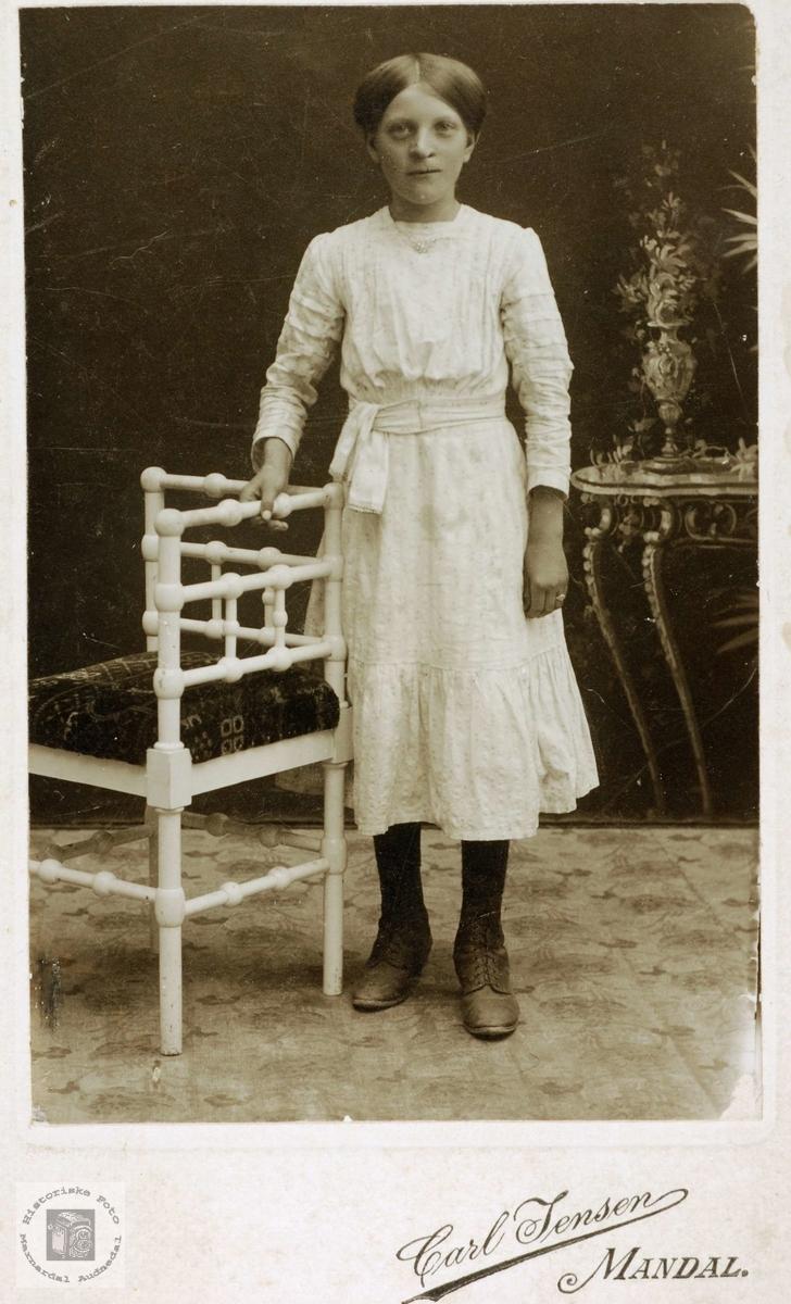 Portrett av (Emma) Ingeborg Sveindal som konfirmant. Grindheim.