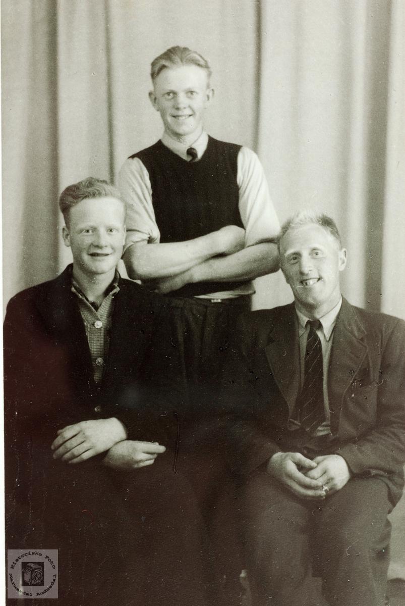 Kameratene Sveindal, Bransdal og Petersen på bytur.