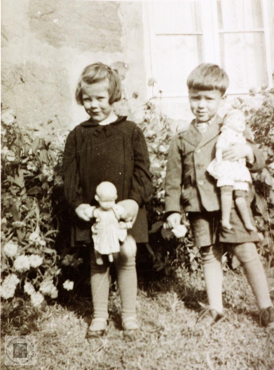 Anny og Kjell Håland i lek med dukker. Grindheim Audnedal.