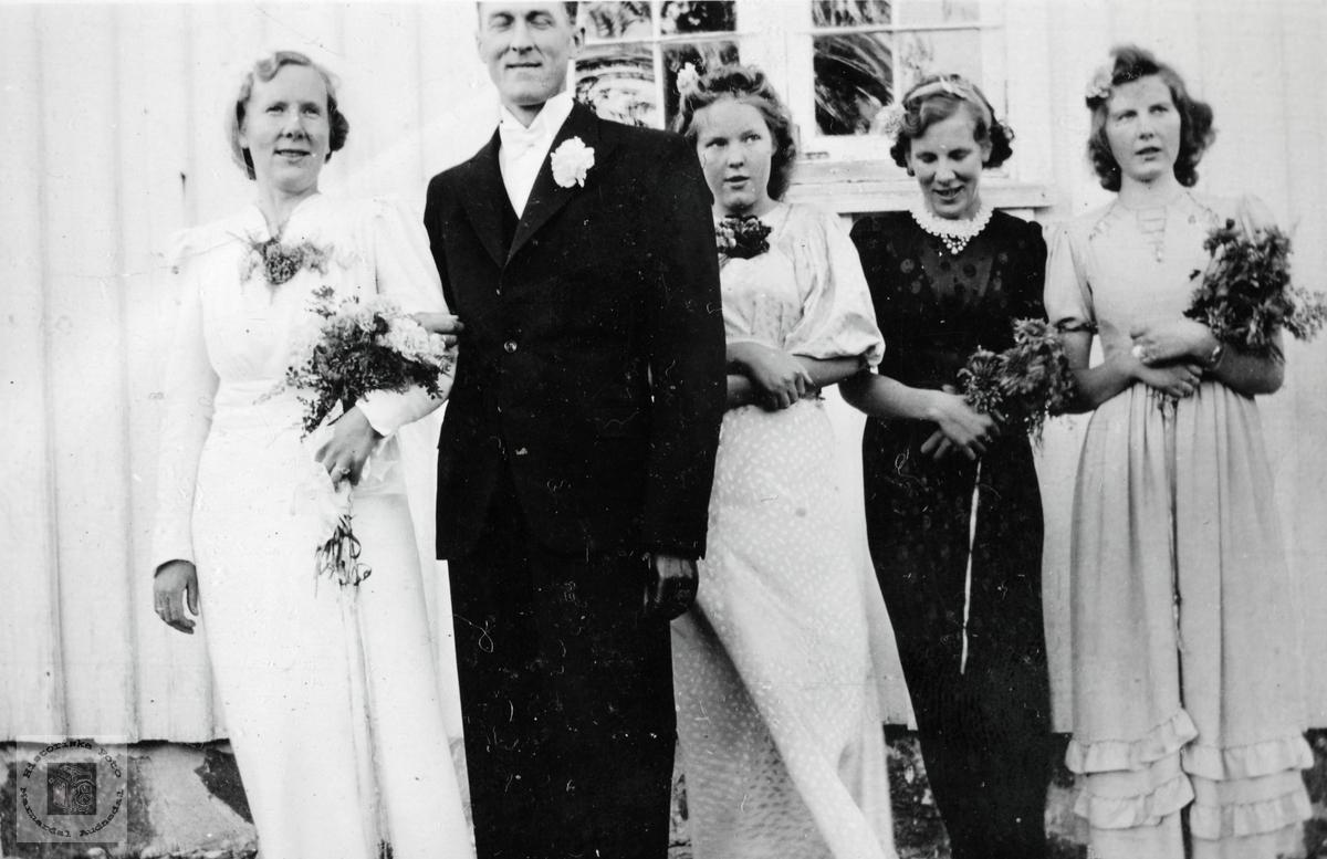 """Brudepar med """"store"""" brudepiker, brud med røtter i Grindheim Audnedal."""