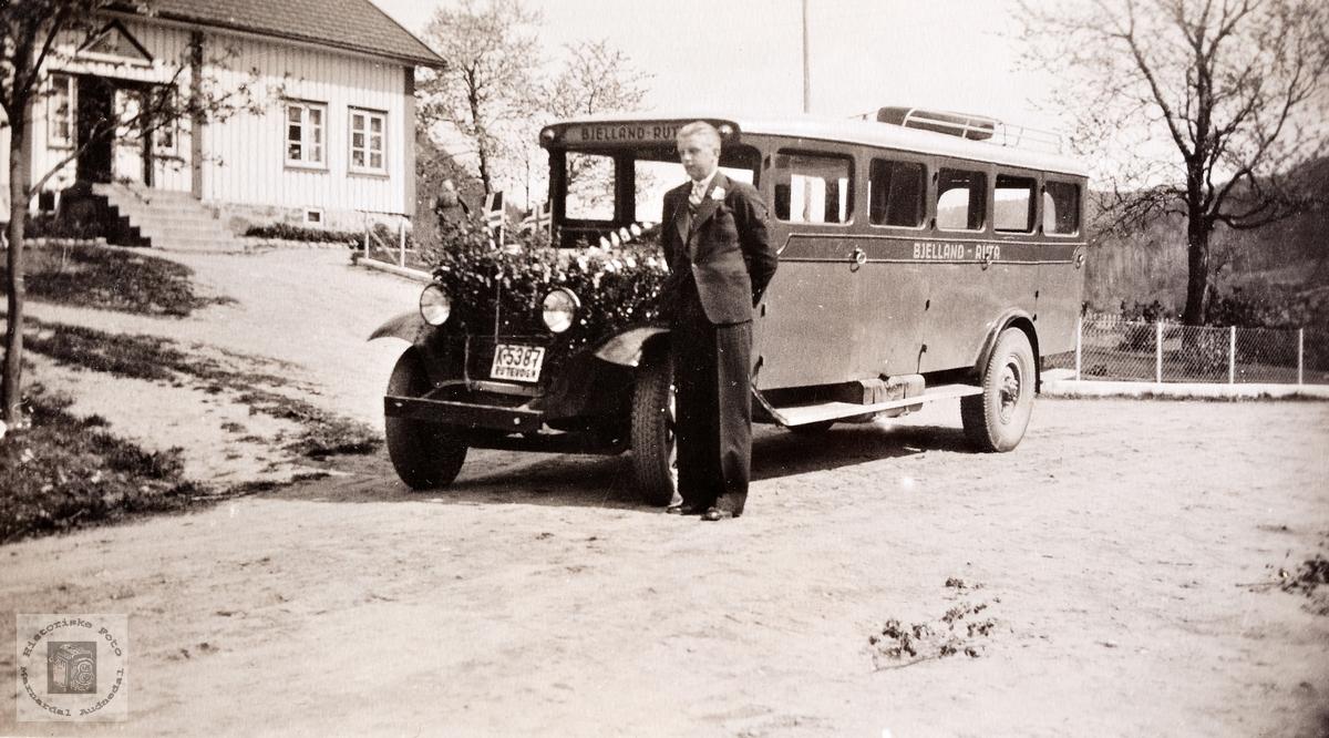 Kristian Flåt som buss sjåfør. Bjelland. Audnedal. K-5387 var en rutebil, 1931-modell, visstnok Volvo, som ble levert til Kristian Ågedal, Bjelland, Audnedal.