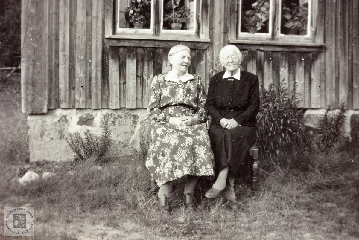 Eldre damer i solveggen på Kollungtveit. Grindheim.