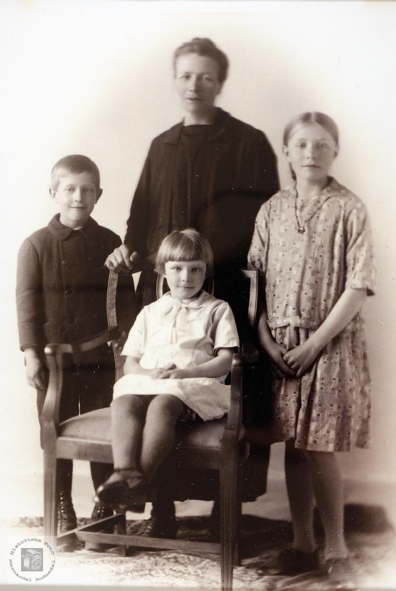 Familiebilde av familien Høyland. Grindheim.