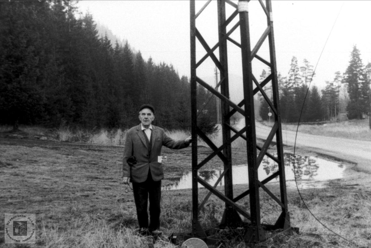 Knut Hefteli ved ei jernmast, Bjelland.