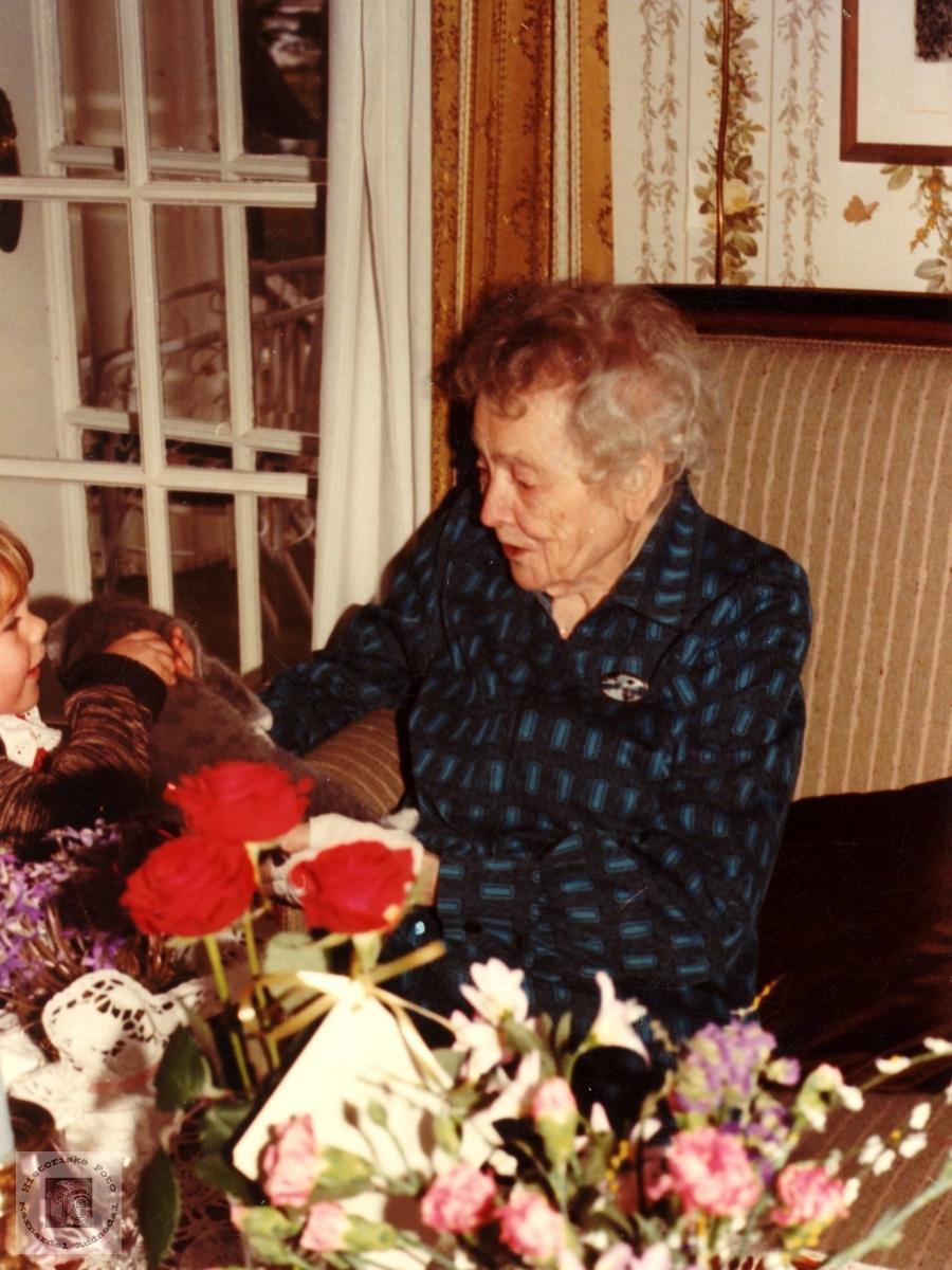 Portrett på 100 års dagen! Oldemor Helvig Steinsland og oldebarn med katten.