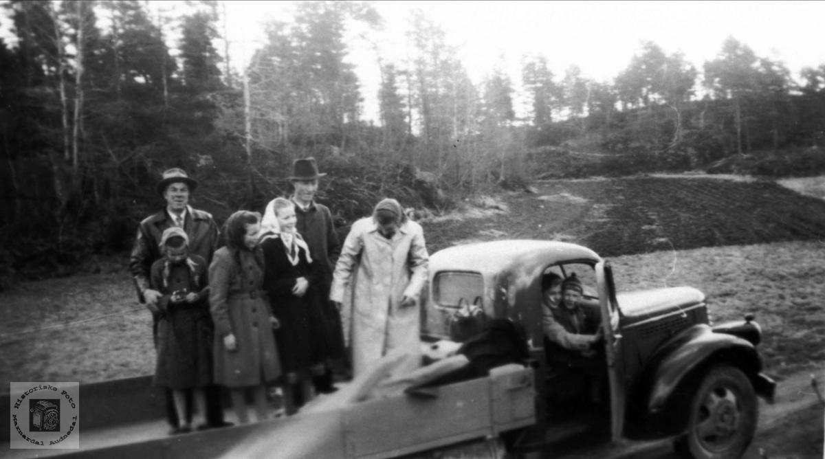 Persontransport på åpen lastebil, Bjelland. Chevrolet årsmodell 1946-47.