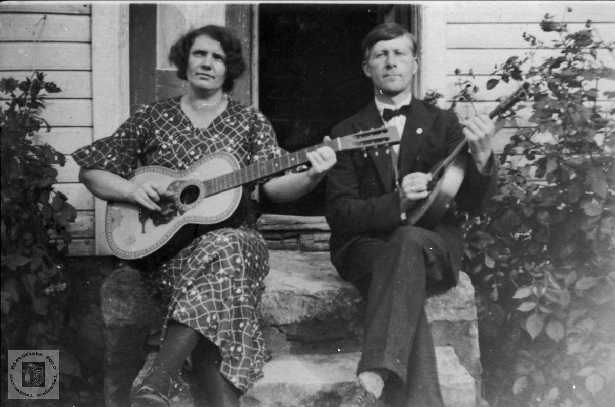 Med fele og gitar. Marta og Tobias Steinsland.
