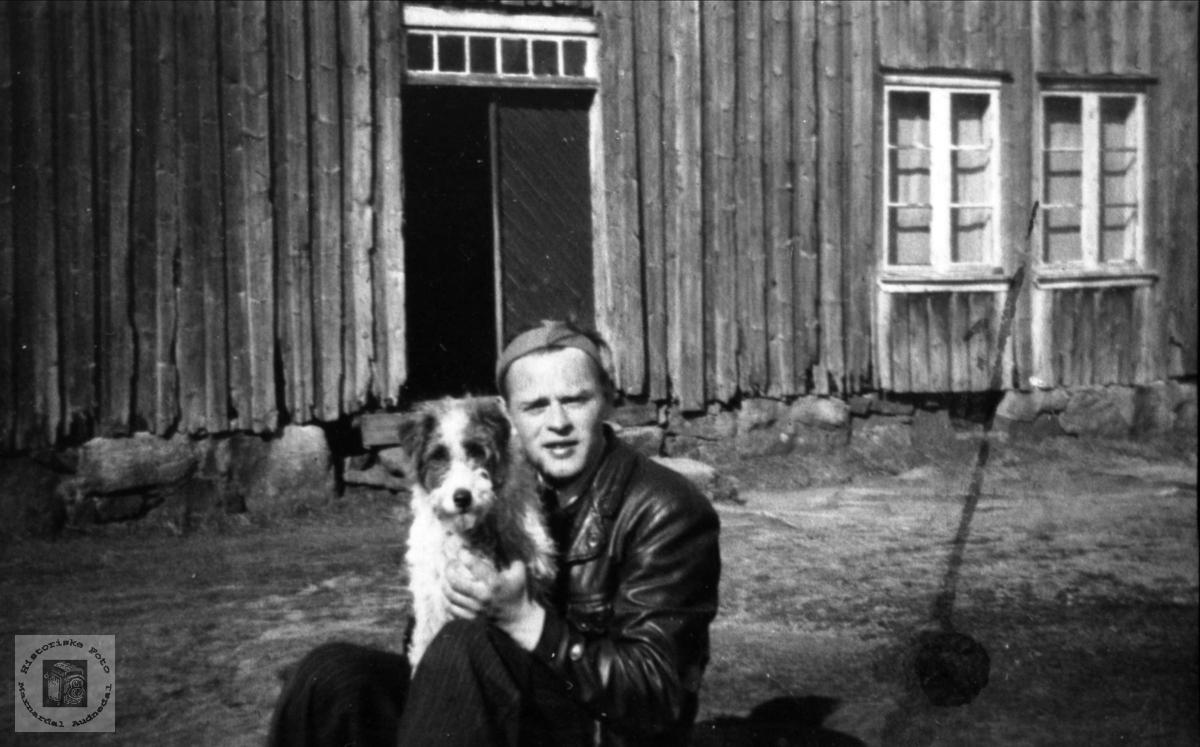Portrett av Olav Sangesland med hunden. Laudal.