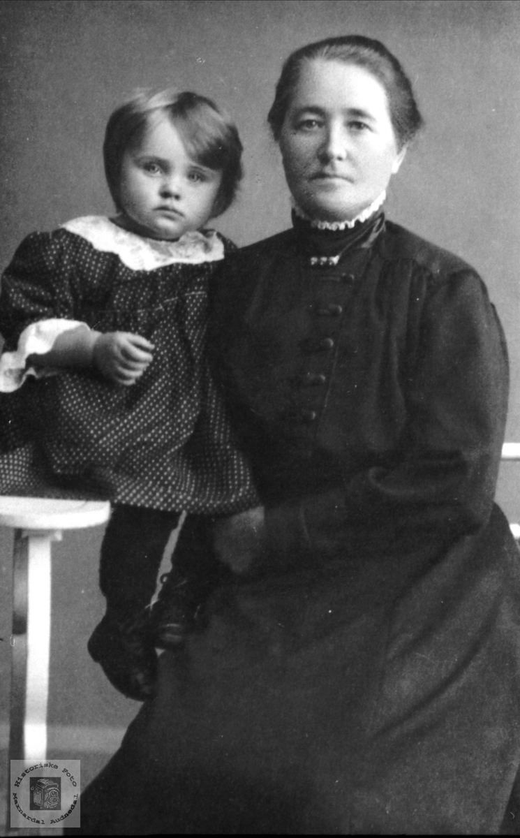 Portrett av mormor og barnebarn på Mjåland, Laudal.