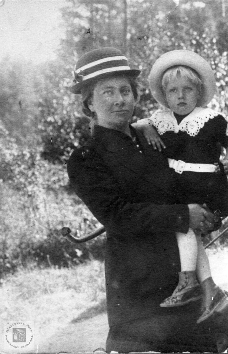 Portrett av mor m/barn. Johanna med John P. Sveinall, Laudal.