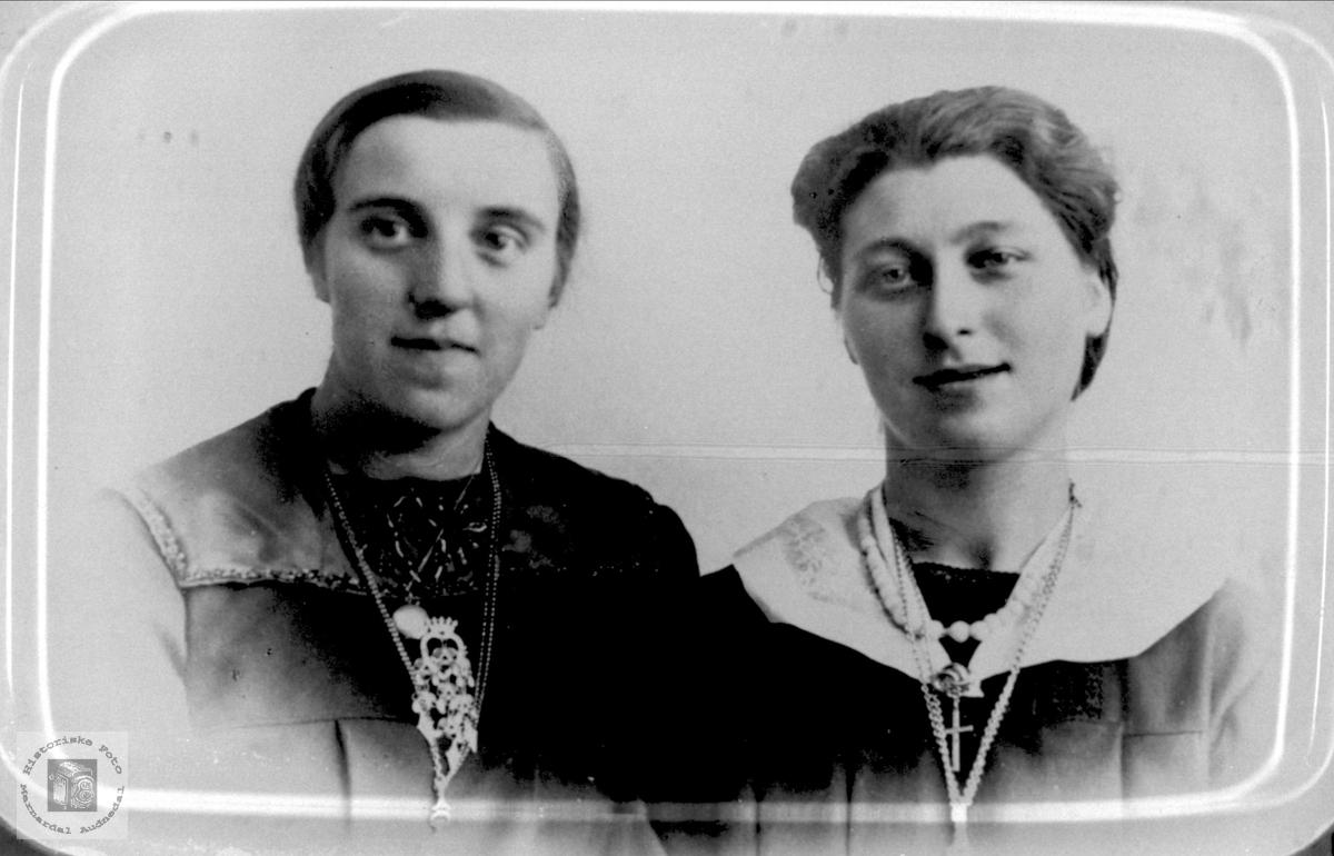 Portrett av Ragna og Anna Kalvekleiv, Laudal.