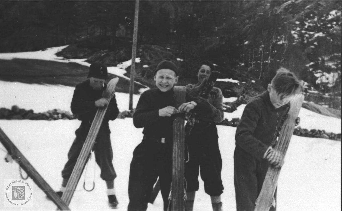 Skihoppere preparerer ski.