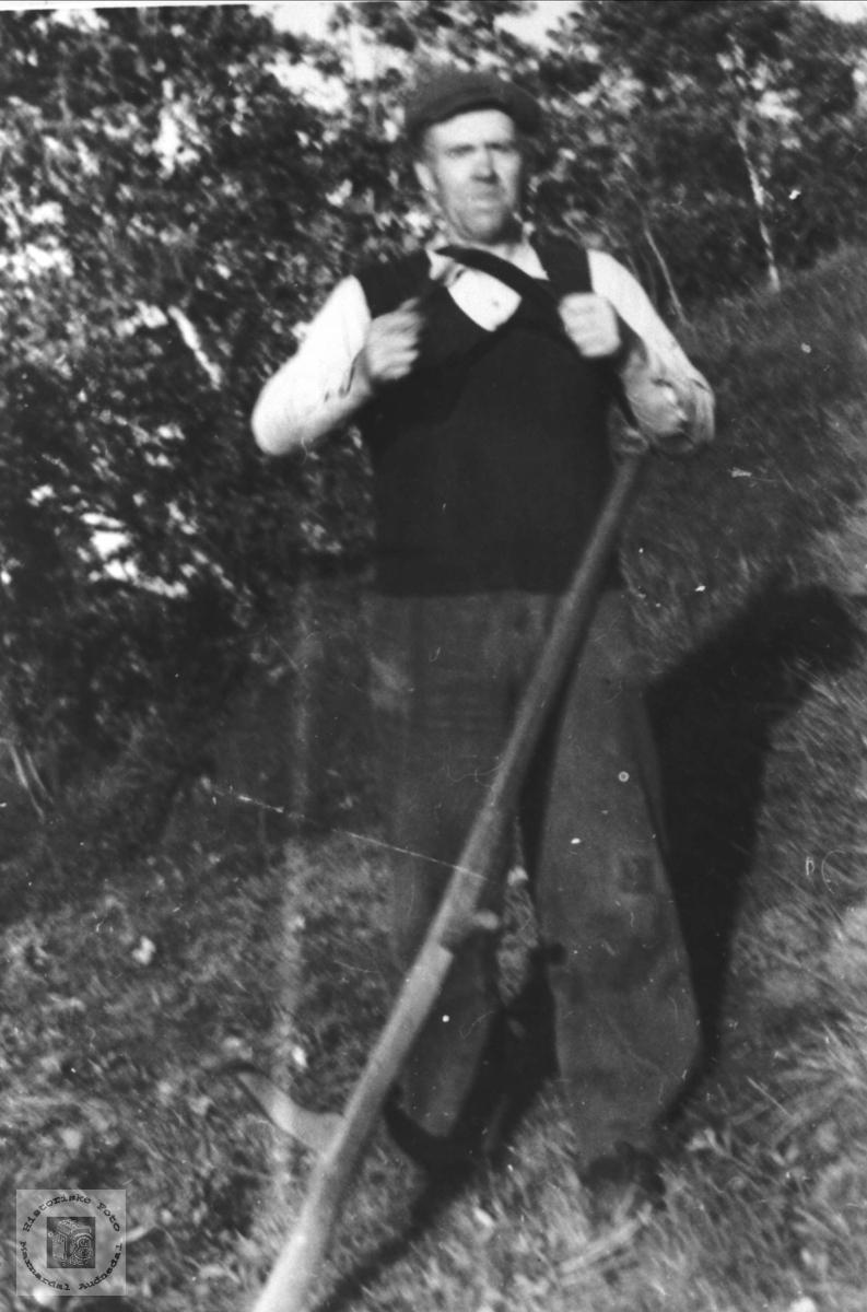 Portrett av Olav Manneråk i slåtten.