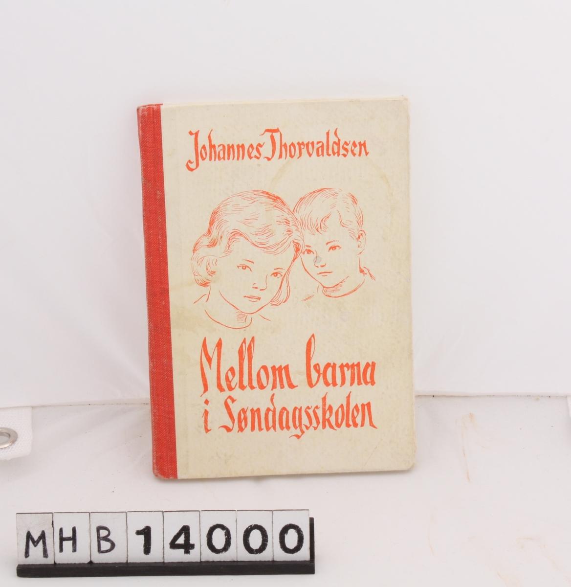 Rektangulær bok med hvitt omslag og rød rygg. På forsiden er en enkel tegning av et gutte- og et jentehode. Boka er for lærere i søndagsskolen.