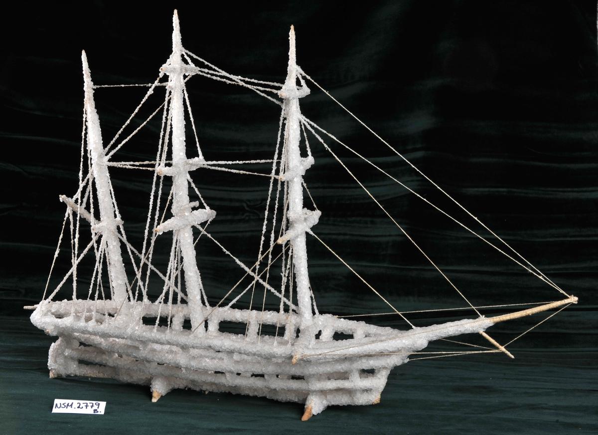 Helmodell av skip utført av div. tråder dekket med saltskrystaller.