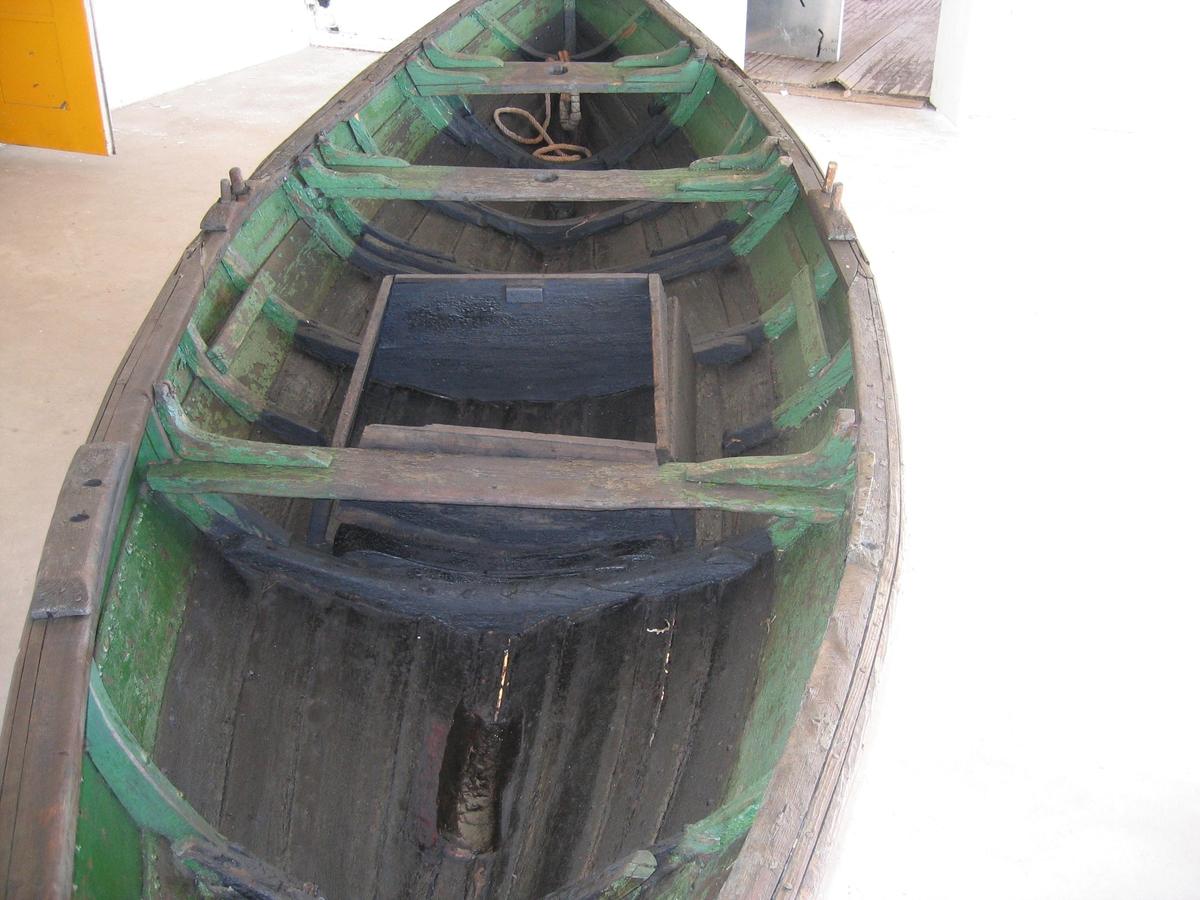 Med 2 seiltofter og fiskekum. Østnorsk type.